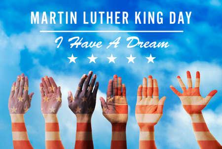 Martin Luther King dag. Verschillende handen op blauwe hemelachtergrond