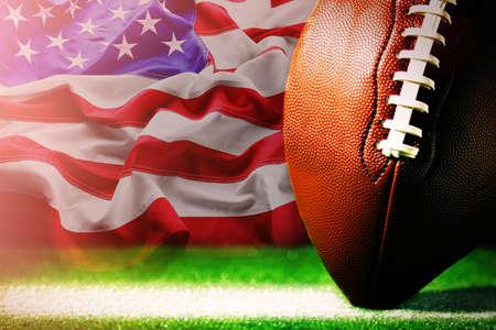 American Football auf grünem Gras, auf Flagge der Vereinigten Staaten von Amerika Hintergrund Standard-Bild - 69842570