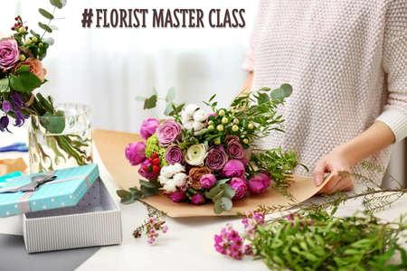 女性の花の花束を作る 写真素材