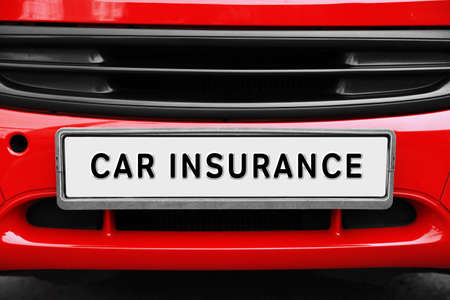 AUTOVERZEKERING. Close-up nummerplaat aan de voorkant van de auto Stockfoto