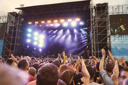 Folla in un concerto aperto dell & # 39 ; aria Archivio Fotografico