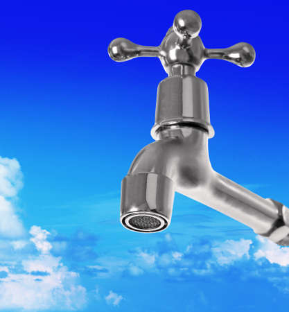 Conservation water-concept. Metaaltapkraan op blauwe hemelachtergrond.