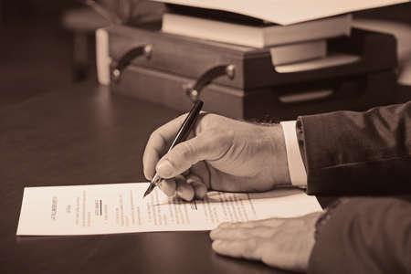 Hände des Anwalts auf Tabelle . Retro-Stil