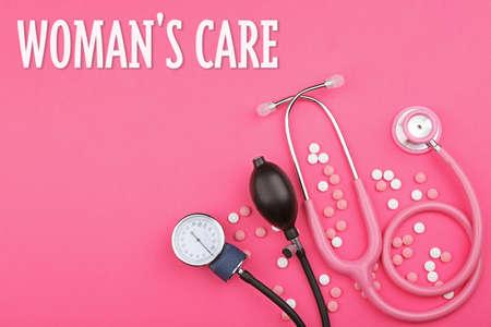 婦人科概念。色の背景上の薬と一緒に聴診器