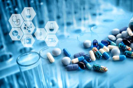 Tubos de ensayo con las píldoras y los iconos médicos, primer. Concepto de cuidado de la salud Foto de archivo - 83212772