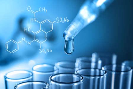Pipet en reageerbuis met vloeistof, close-up. Farmaceutisch onderzoek en gezondheidszorgconcept. Stockfoto