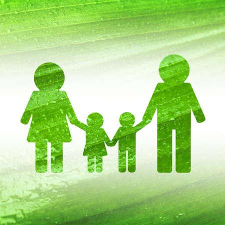 녹색 잎 질감 배경에 가족의 실루엣입니다.