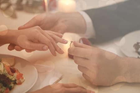 레스토랑, 근접 촬영에서 여자 친구에게 결혼 제안을하는 사람