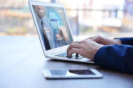 Mężczyzna wideokonferencji na laptopie. Webinarium i konsultacje online. Koncepcja technologii nowoczesnego biznesu.