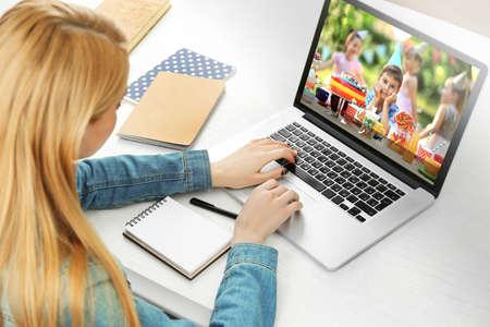 niños platicando: Mujer hablando con su hijo a través de video chat en línea durante la fiesta de cumpleaños Foto de archivo