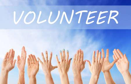 Hände und Wort FREIWILLIGER auf Hintergrund des blauen Himmels. Hilfe und Support-Konzept. Standard-Bild - 88596887