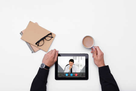 Videoconferencia de hombre con abogado en tableta. Videollamada y concepto de servicio online.