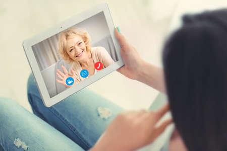 Concepto de videollamada y chat. Videoconferencia de mujer en tableta