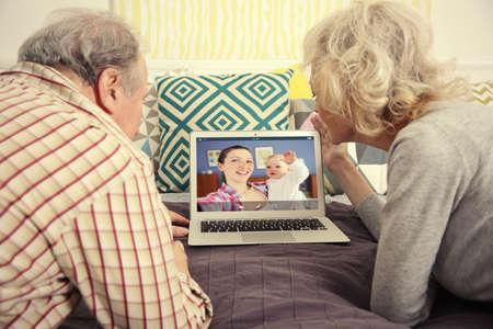 Concepto de videollamada y chat. Videoconferencia de personas mayores en portátil