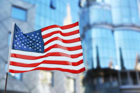 Amerikanische Flagge auf unscharfem Gebäudehintergrund Standard-Bild