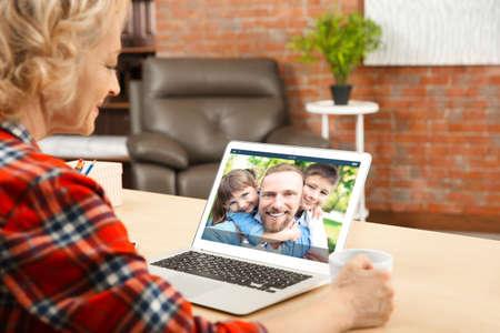 Concepto de videollamada y chat. Videoconferencia de mujer mayor en portátil