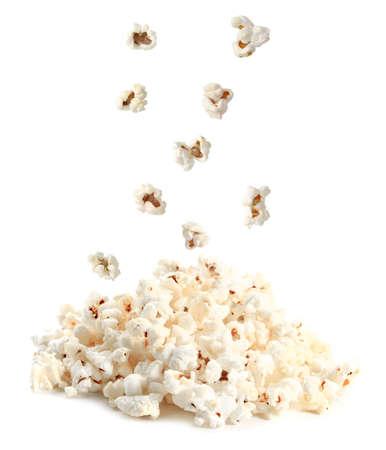 Smaczny popcorn na białym tle