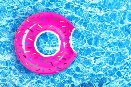 スイミングプールで膨脹可能なカラフルなドーナツ