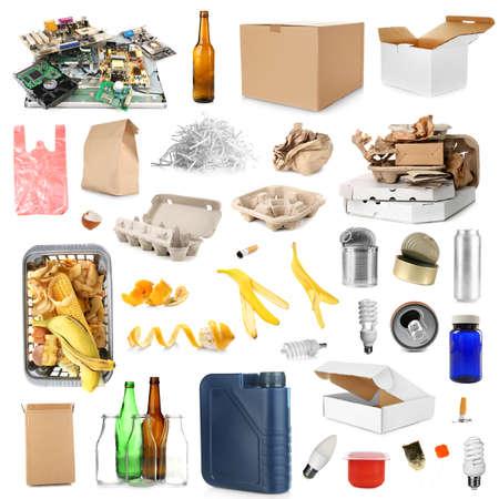 Diferentes tipos de basura en el fondo blanco. Concepto de reciclaje Foto de archivo