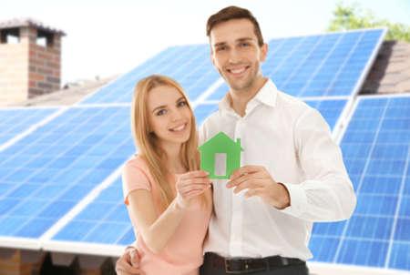 Jeune, couple, tenue, figure, maison, solaire, panneaux, fond