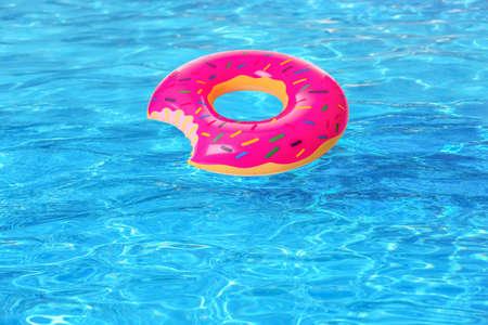 Aufblasbarer bunter Donut im Schwimmbad