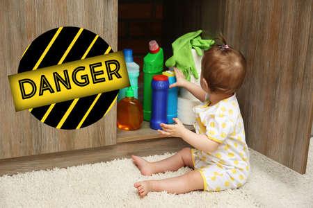 台所で洗剤で遊ぶ赤ちゃん