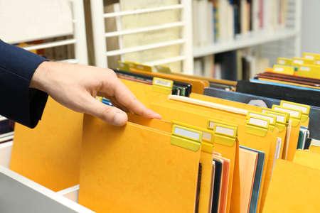 Homme à la recherche de documents dans les archives