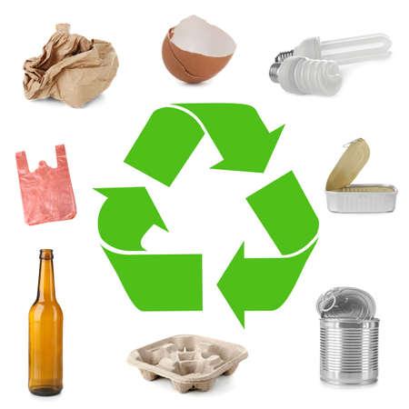Diferentes tipos de basura y signo de reciclaje sobre fondo blanco Foto de archivo
