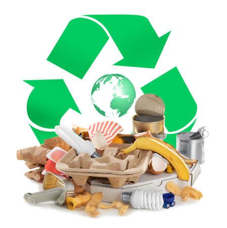 Różne rodzaje śmieci i znak recyklingu na białym tle% 00 Zdjęcie Seryjne