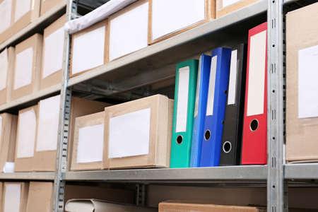 Kartonnen dozen met documenten op rekken in archief Stockfoto
