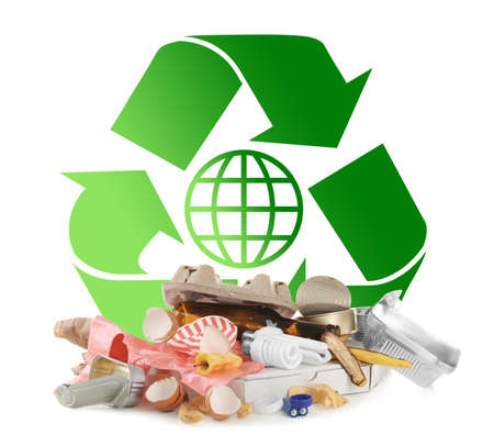 Diferentes tipos de lixo e reciclagem no fundo branco Foto de archivo - 90739396