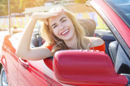 Piękna młoda kobieta w samochodzie