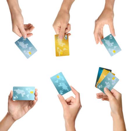 Femmes détenant des cartes de crédit sur fond blanc% 00 Banque d'images