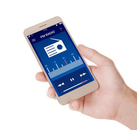Equipaggi il telefono cellulare della tenuta con la radio app sullo schermo, fondo bianco
