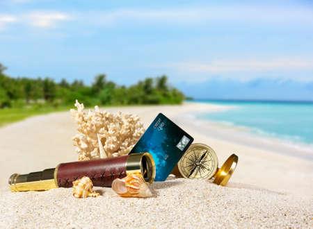 Samenstelling met creditcard op tropisch strand Stockfoto