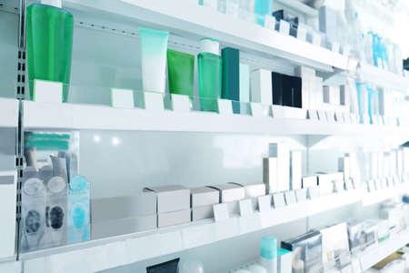 店で棚に様々 な製品