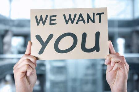 concept de marché de travail . mains de sexe masculin tenant papier avec le monde nous voulons sur fond flou de bureau Banque d'images