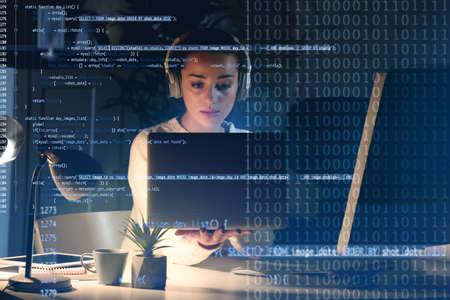 Concepto de desarrollo del programa. Mujer joven escuchando música mientras trabajaba con la computadora portátil Foto de archivo