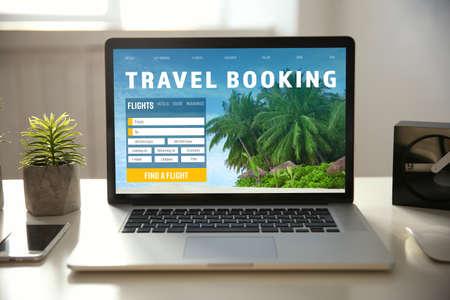 concept de voyage . page de site web pour la planification de voyage sur l & # 39 ; écran de portable