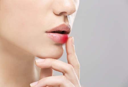ヘルペス ウイルスは、クローズ アップで女性の唇 写真素材