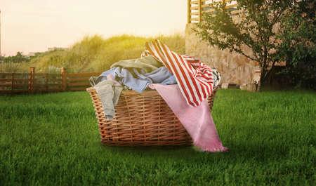 Weidenkorb mit Baby Wäsche im Freien Standard-Bild - 91475975