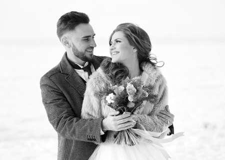 Beautiful wedding couple outdoor on winter day Stockfoto