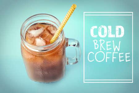 색상 배경에 우유와 차가운 양조 커피의 유리 항아리 스톡 콘텐츠