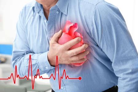 Herzinfarkt-Konzept. Älterer Mann, der unter Schmerz in der Brust, Nahaufnahme leidet