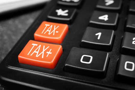 Concetto fiscale. Calcolatrice moderna, primo piano% 00