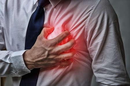 Herzinfarkt-Konzept. Mann, der unter Schmerz in der Brust, Nahaufnahme% 00 leidet