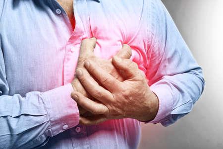 Herzinfarkt-Konzept. Älterer Mann, der unter Schmerz in der Brust, Nahaufnahme% 00 leidet