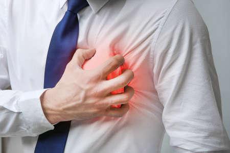 Herzinfarkt-Konzept. Mann, der unter Schmerz in der Brust, Nahaufnahme leidet