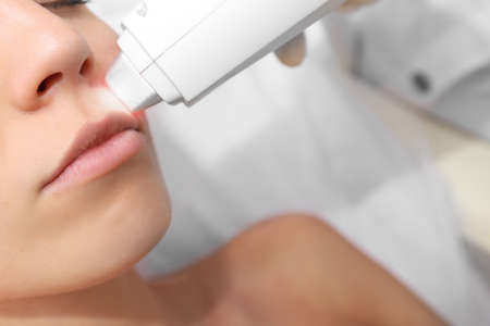 Frau auf Laser-Haarentfernungsverfahren im Schönheitssalon. Epilierungskonzept Standard-Bild - 102020370