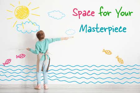 Concetto di arte Bambina sveglia che attinge parete bianca con spazio per il disegno Archivio Fotografico